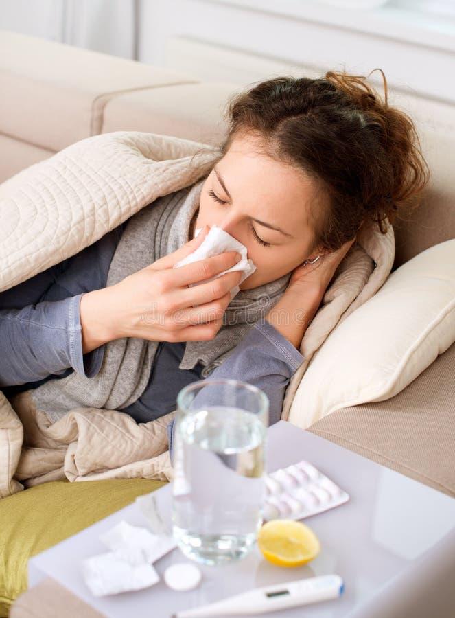 Kranke Frau. Grippe lizenzfreie stockfotos