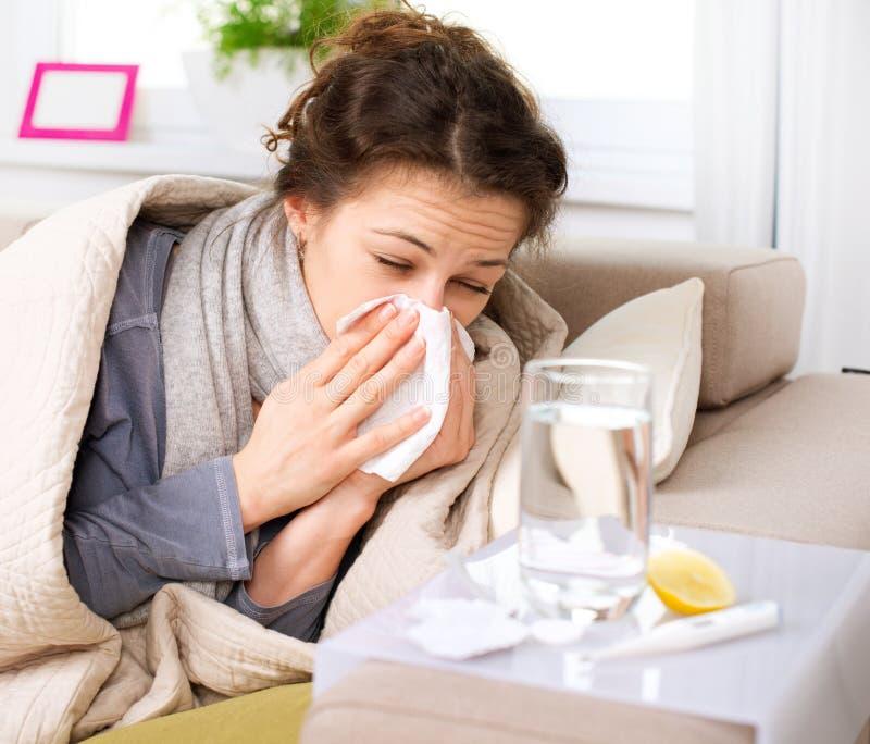 Kranke Frau. Grippe lizenzfreies stockbild