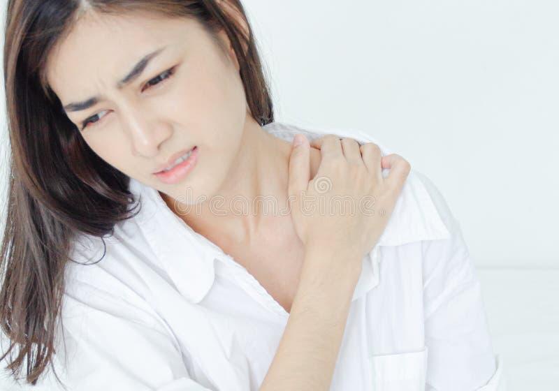 Kranke Frau mit den Schmerz stockbild