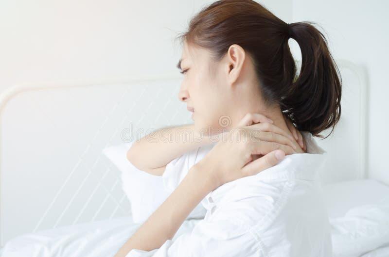Kranke Frau mit den Schmerz lizenzfreie stockfotos