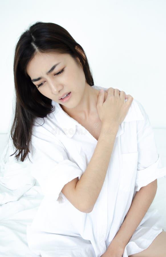Kranke Frau mit den Schmerz stockbilder