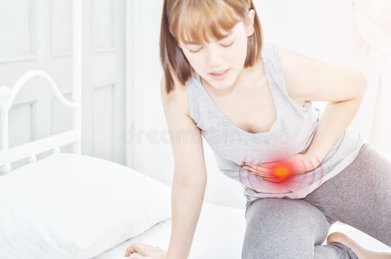 Kranke Frau mit den Schmerz lizenzfreie stockfotografie