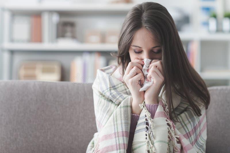 Kranke Frau mit Grippe lizenzfreie stockfotografie
