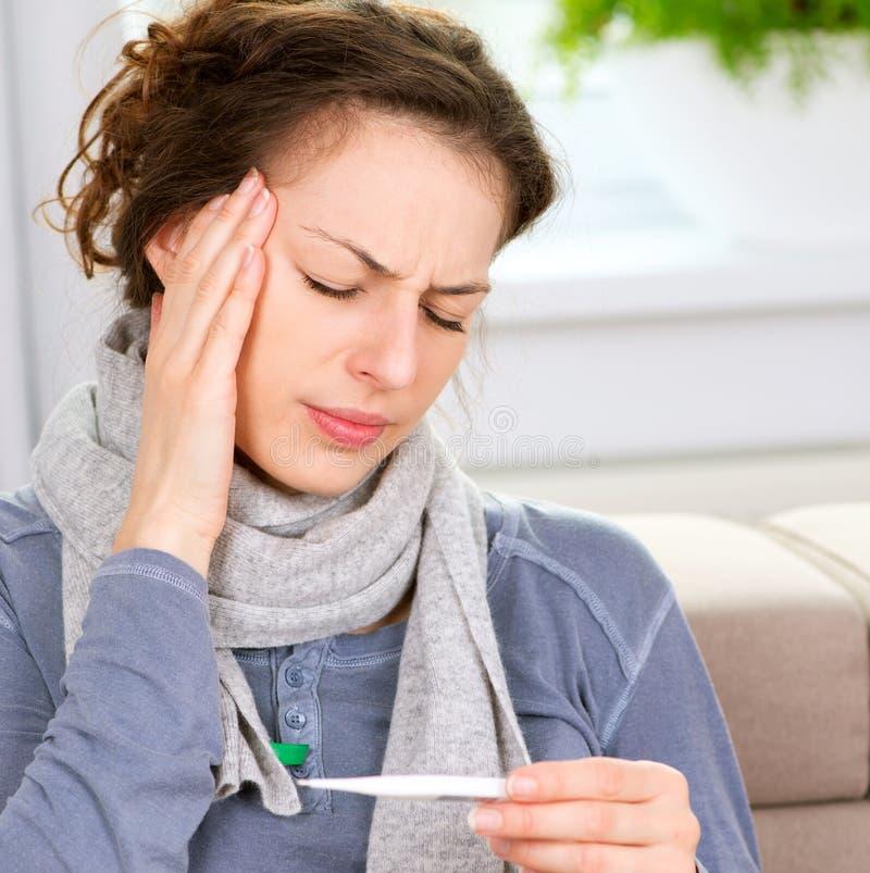 Kranke Frau mit Thermometer stockfotos