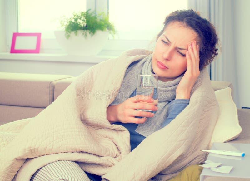 Kranke Frau mit Thermometer grippe lizenzfreie stockfotos