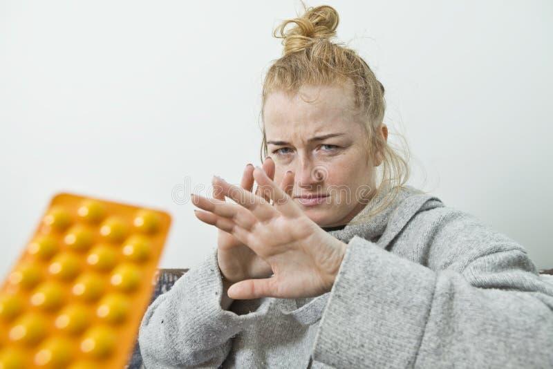 Kranke Frau verteidigt sich von den Drogen lizenzfreies stockbild