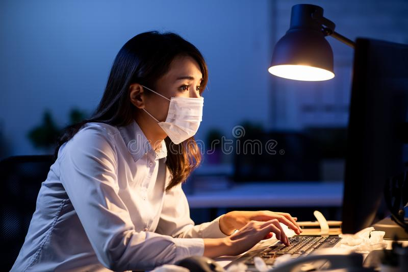 Kranke Frauenarbeit über die Zeit hinaus lizenzfreie stockfotos