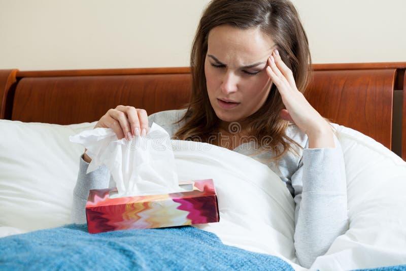 Kranke Frauengefühlsschmerz lizenzfreie stockbilder