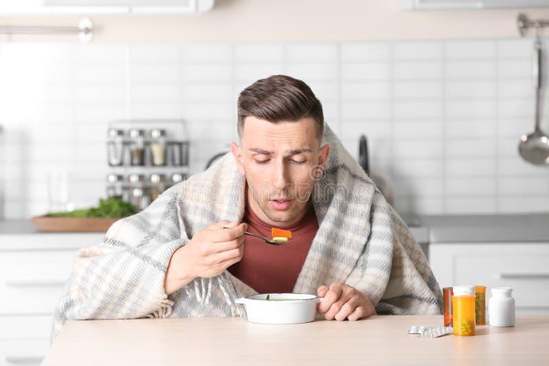 Kranke junge Fleisch fressende Suppe, zum von Kälte bei Tisch zu kurieren lizenzfreies stockfoto
