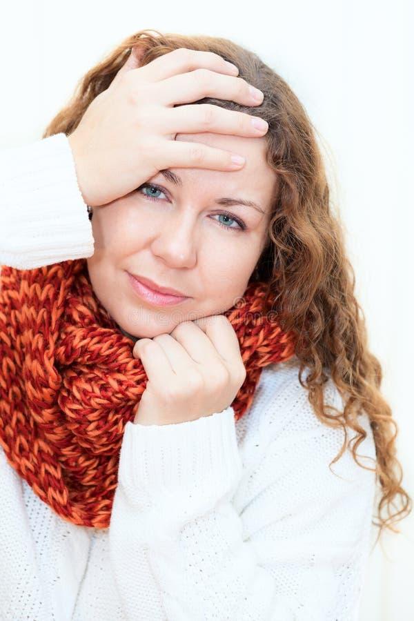 Kranke kalte Frau im roten Schal und in der Strickjacke lizenzfreies stockfoto
