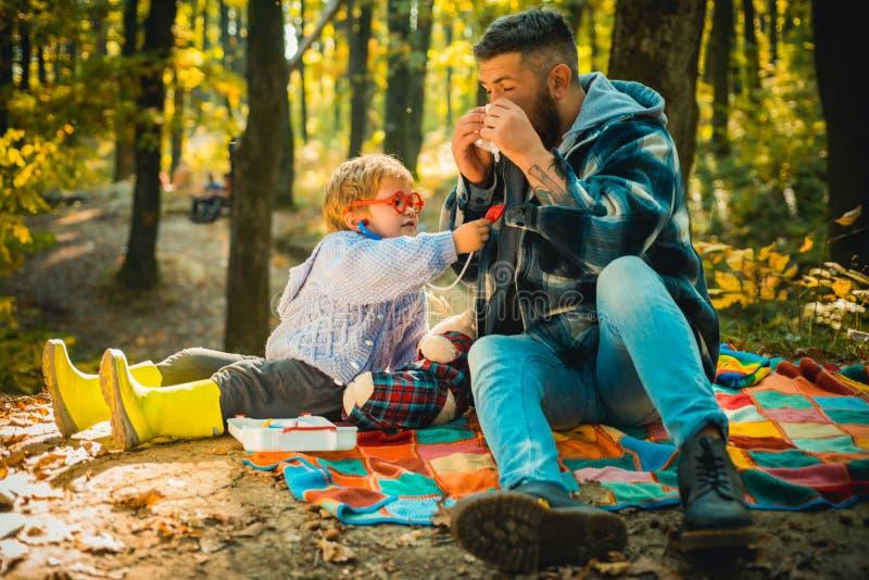Kranke Leute haben laufende Nase Glücklicher Familien-, Vater- und Babysohn, der auf Herbstweg spielt und lacht Vati und Kind stockbilder