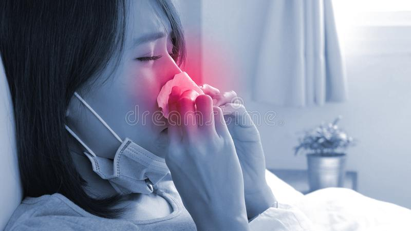 Kranke niesende Frau stockbild