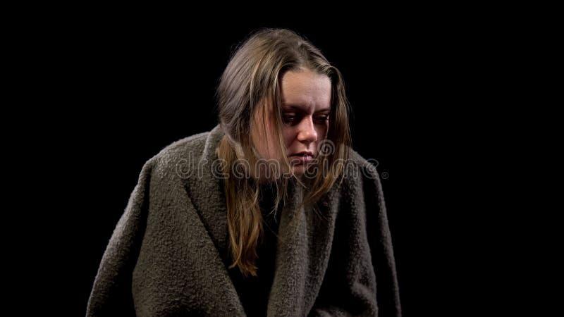 Kranke obdachlose Frau bedeckt mit Decke, Leidenschmerz, ansteckende Krankheit lizenzfreie stockfotografie