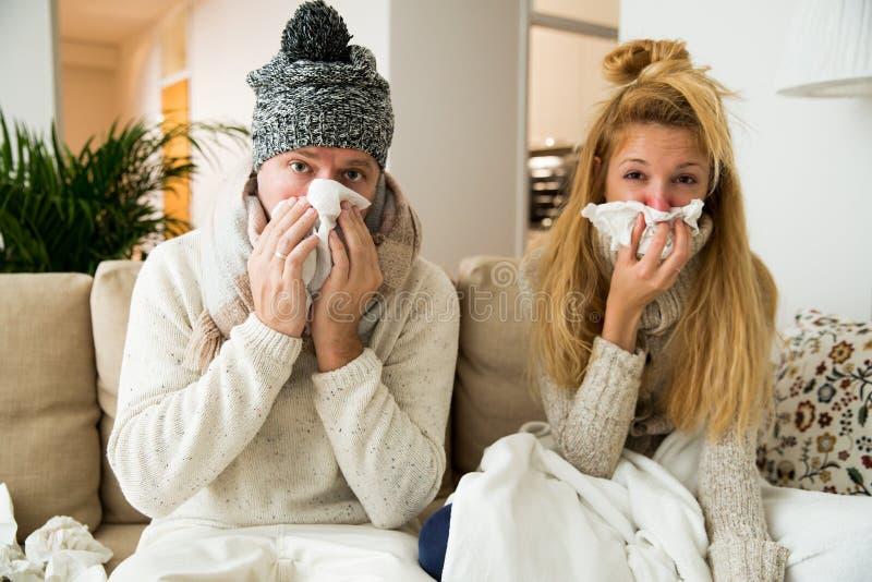 Kranke Paare fangen Kälte lizenzfreie stockfotos