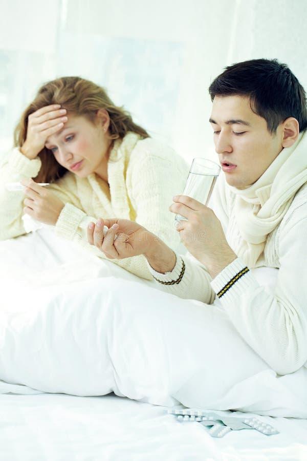 Kranke Paare im Bett lizenzfreies stockbild