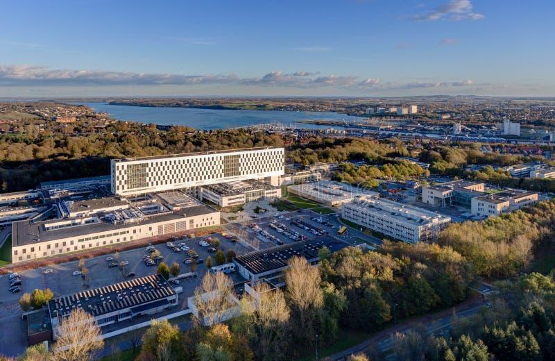 Krankenhaus Aertial Kolding mit Einlass im Hintergrund stockbilder