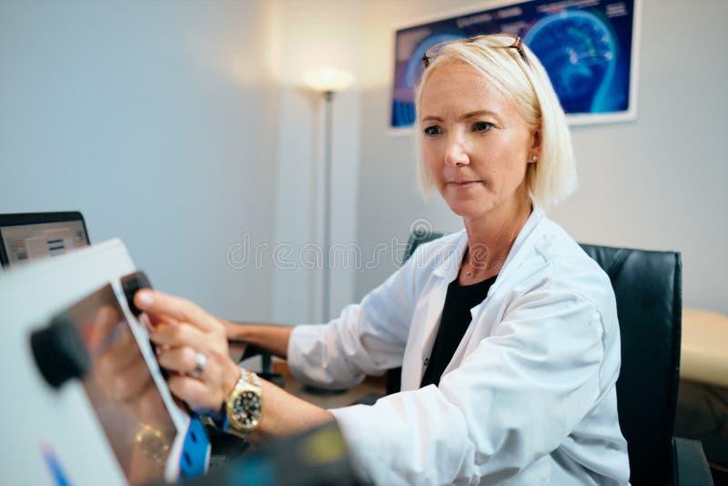 Krankenhaus-Büro Doktor-Woman Working In mit Computertechnologie-Ausrüstung stockbilder