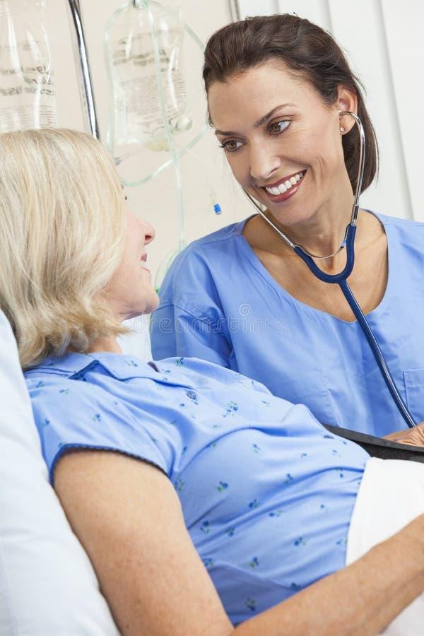 Krankenhaus-Bett des Frauen-Krankenschwester-Doktor-Senior Patient stockfotos