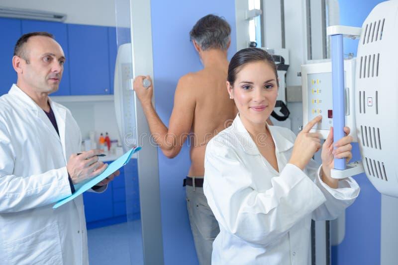 Am Krankenhaus für Röntgenstrahl lizenzfreies stockfoto