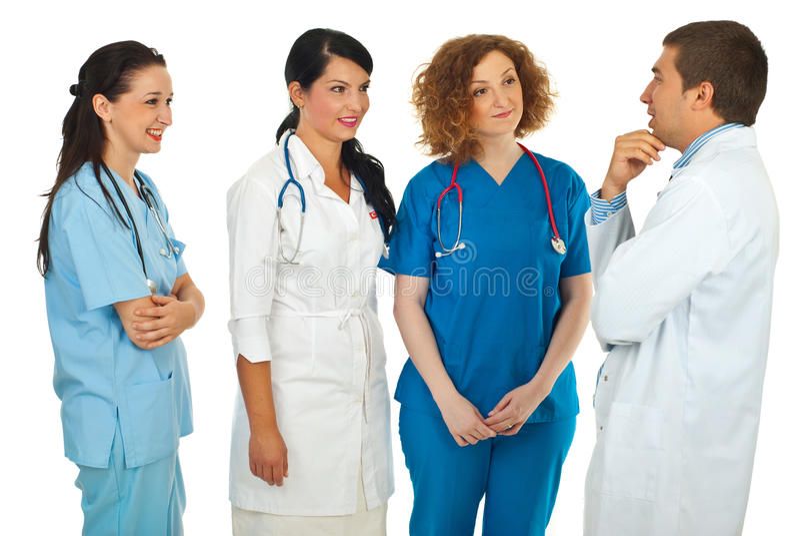Krankenhausmanager, der mit Doktoren spricht stockfoto