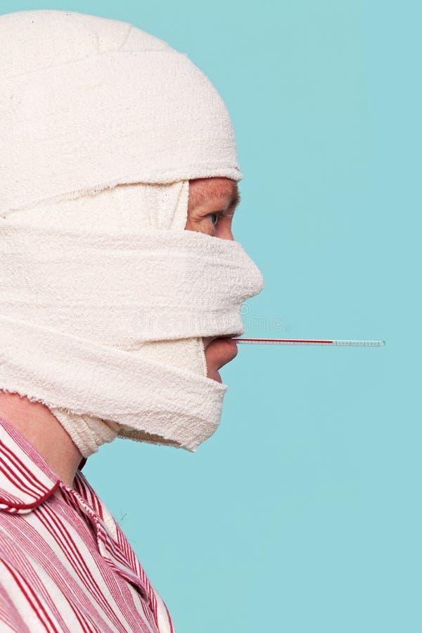 Krankenhauspatient mit Thermometer in seinem Mund stockbild