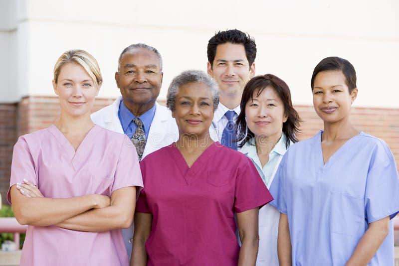 Krankenhauspersonal stehend außerhalb eines Krankenhauses stockbild