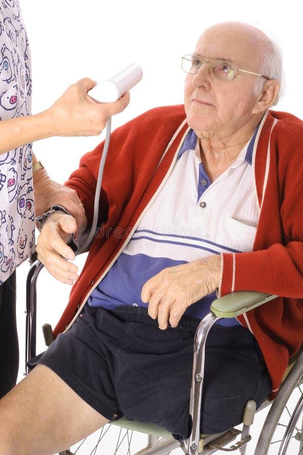 Krankenschwesterüberwachung-Blutdruck stockbilder