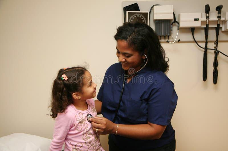 Krankenschwester überprüft jungen Patienten stockfotos