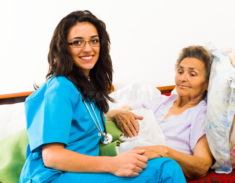 Krankenschwester Caring für ältere Patienten stockfoto