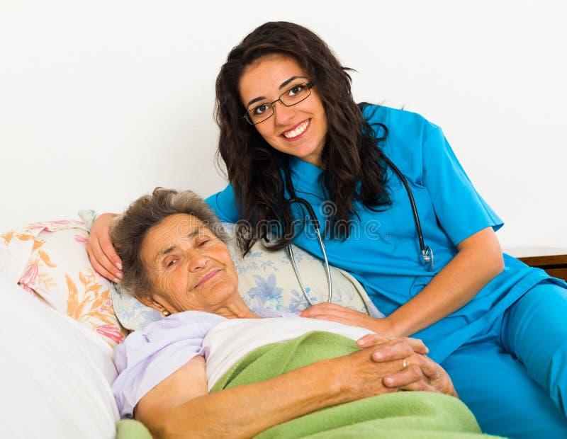 Krankenschwester Caring für ältere Patienten lizenzfreies stockbild