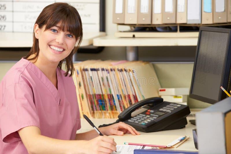 Krankenschwester, die an der Krankenschwester-Station arbeitet lizenzfreies stockfoto