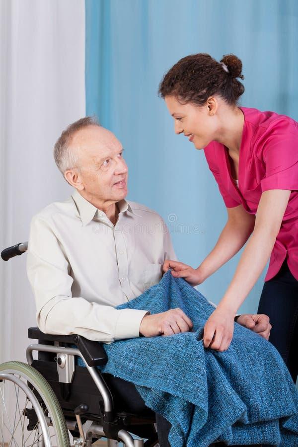 Krankenschwester, die für behinderten Mann sich interessiert lizenzfreies stockfoto