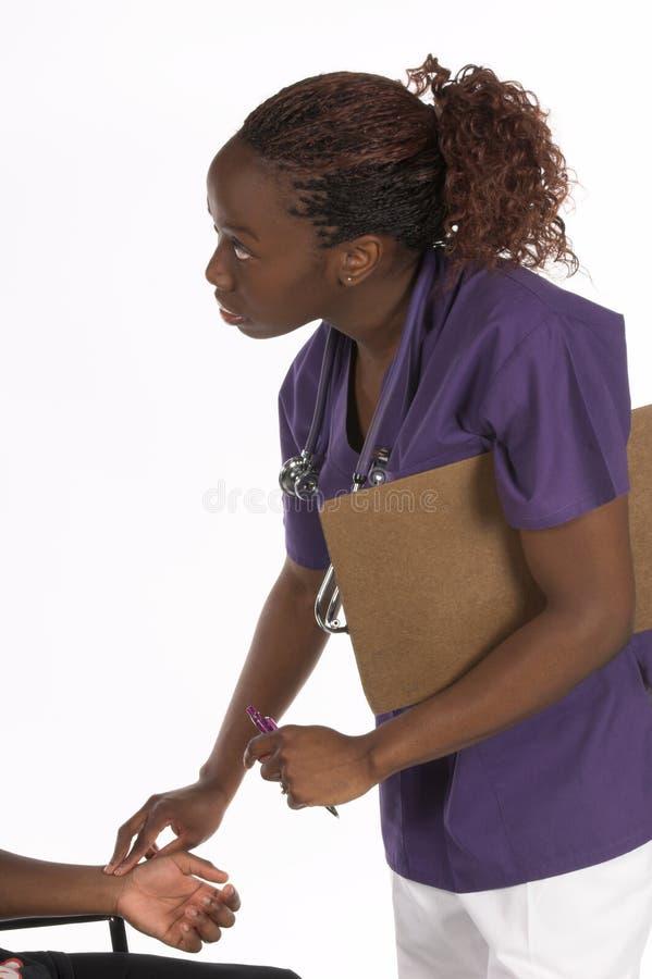 Krankenschwester, die Impuls nimmt stockfoto