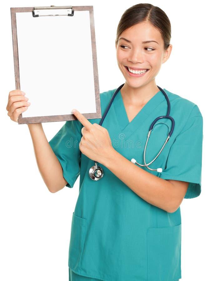 Krankenschwester, die Klemmbrettzeichen zeigt lizenzfreie stockfotos
