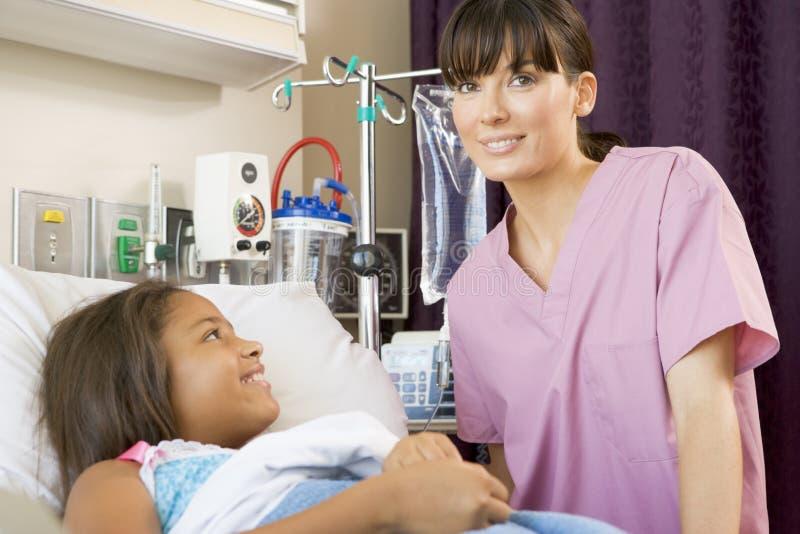 Junges Mädchen, Das Im Krankenhaus-Bett Liegt Stockfoto