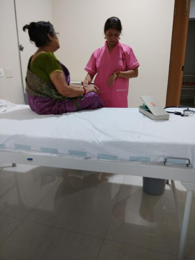 Krankenschwester, die Patienten ?berpr?ft stockfoto