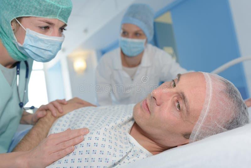 Krankenschwester, die sterbenden Patienten kontrolliert lizenzfreie stockfotografie