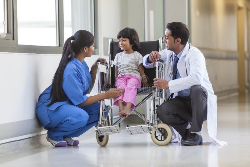 Krankenschwester Doctor und weiblicher Mädchen-Kinderkrankenhauspatient in Wheelchai lizenzfreie stockbilder
