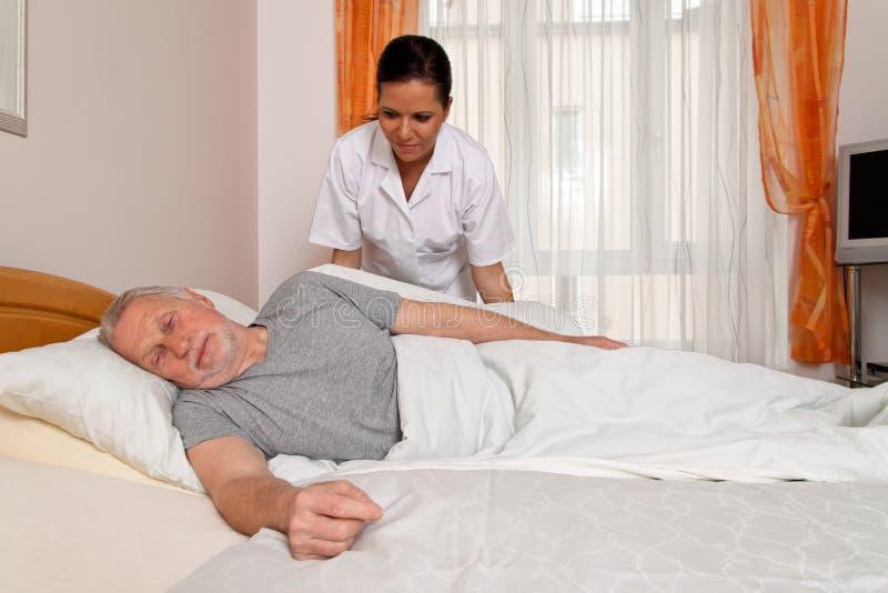 Krankenschwester in gealterter Sorgfalt stockfotografie