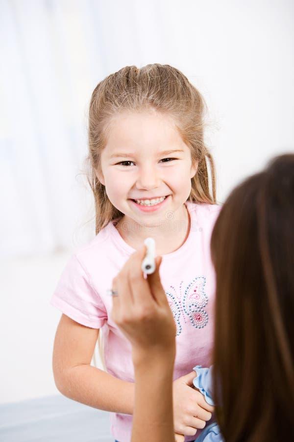 Krankenschwester: Glückliches Kind während der Überprüfung stockbilder