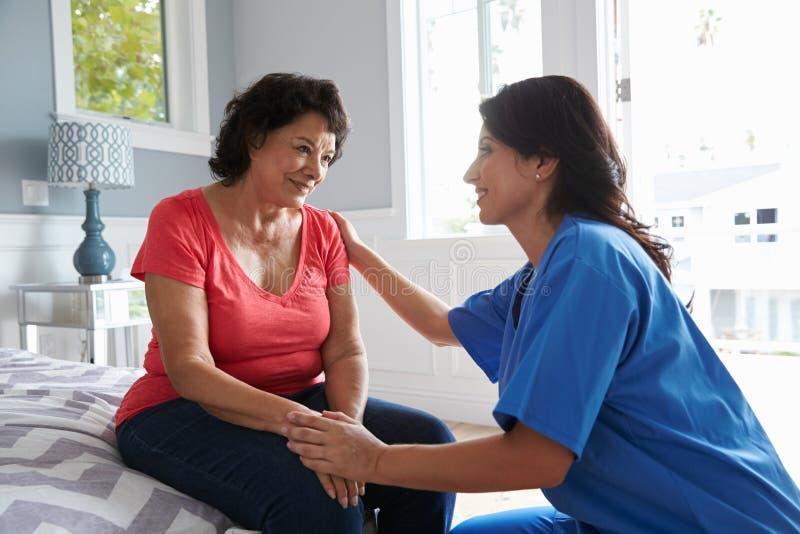Krankenschwester Making Home Visit zur älteren hispanischen Frau lizenzfreies stockfoto