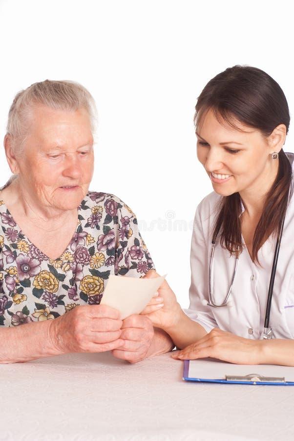 Krankenschwester mit gealtertem Patienten stockbilder