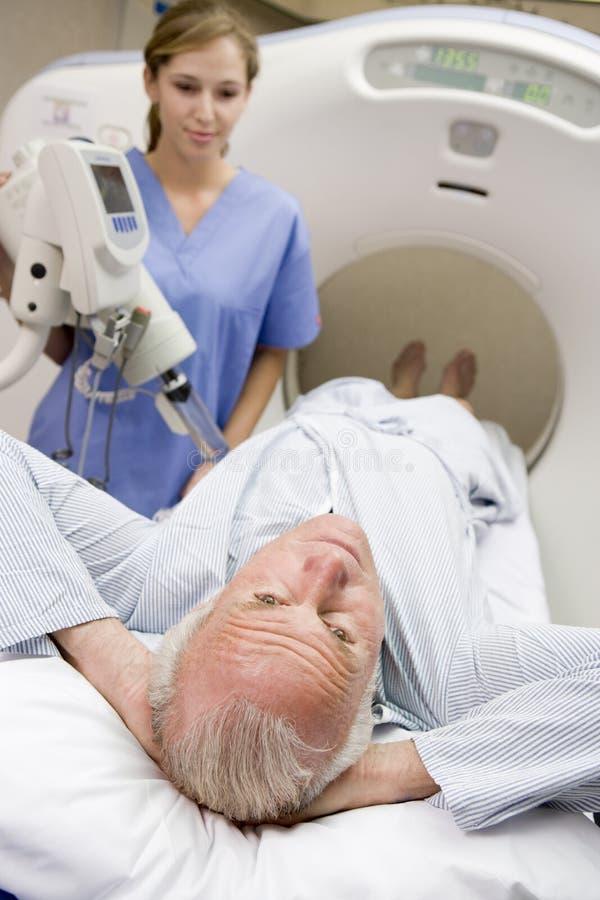 Krankenschwester mit geduldigem, CAT-Scan habend stockbild
