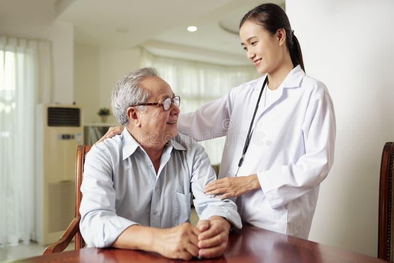 Krankenschwester mit ?lterem Patienten stockfoto