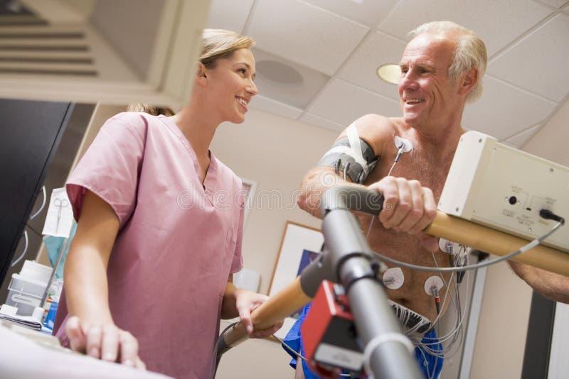 Krankenschwester mit Patienten während des Gesundheits-Checks stockbild