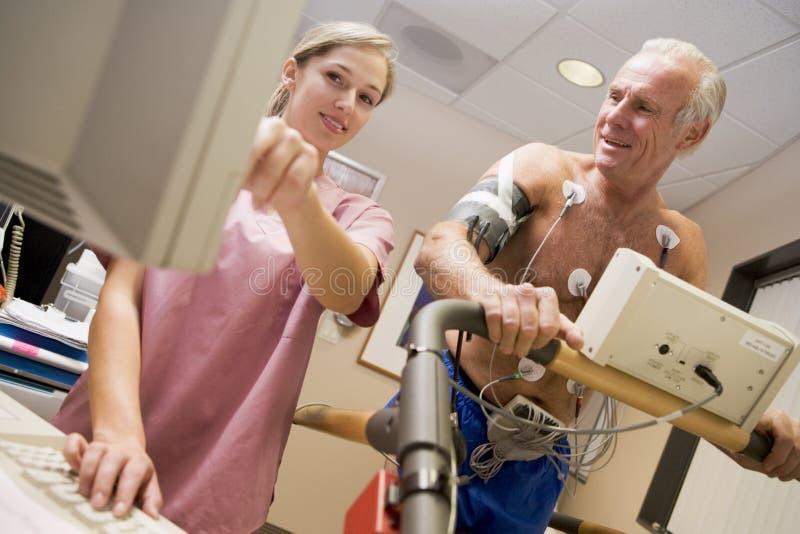 Krankenschwester mit Patienten während des Gesundheits-Checks lizenzfreies stockfoto