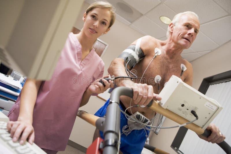 Krankenschwester mit Patienten während des Gesundheits-Checks lizenzfreie stockfotografie