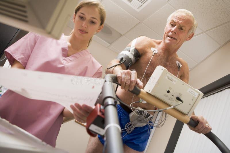 Krankenschwester mit Patienten während des Gesundheits-Checks lizenzfreie stockfotos