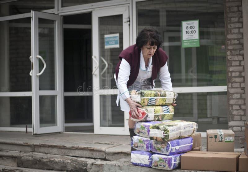 Krankenschwester nimmt humanitäre Hilfe lizenzfreies stockbild
