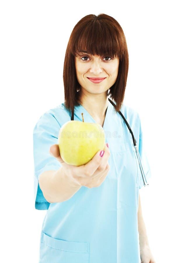 Krankenschwester oder junger Doktor, die ein Apfellächeln geben stockbild